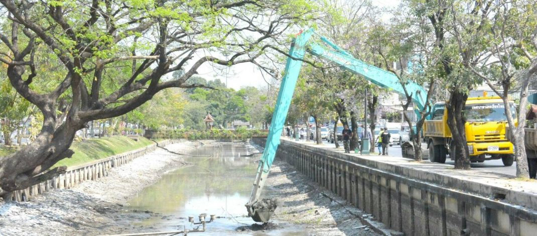 เทศบาลนครเชียงใหม่เเจงเหตุใดจึงลดระดับน้ำและขุดลอกตะกอนดิน คูเมืองหน้าตลาดประตูเชียงใหม่?
